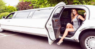 Beautiful blonde stepping out of limousineの写真素材 [FYI00003509]