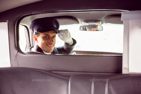 Limousine driver smiling at cameraの素材 [FYI00003510]