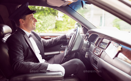 Limousine driver driving and smilingの写真素材 [FYI00003512]