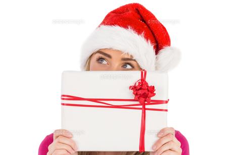 Festive blonde holding christmas giftの写真素材 [FYI00003519]