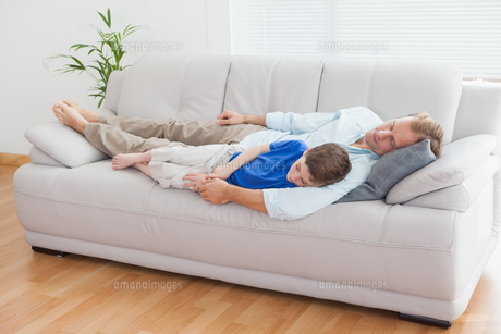 Father and son using napping on the couchの写真素材 [FYI00003521]