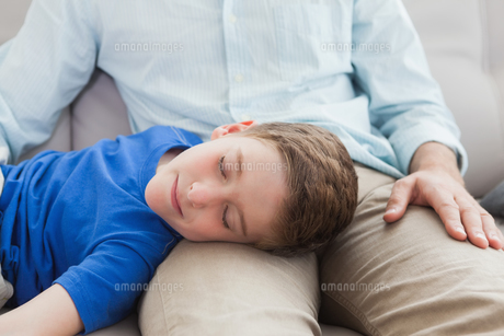 Father and son using napping on the couchの写真素材 [FYI00003528]