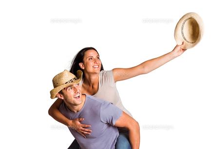 Man giving his pretty girlfriend a piggy backの写真素材 [FYI00003535]