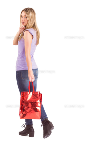 Happy blonde walking with bagsの写真素材 [FYI00003540]