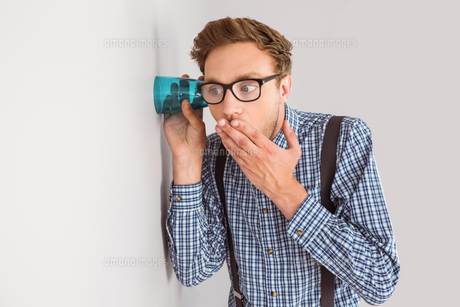 Geeky businessman eavesdropping with cupの素材 [FYI00003544]