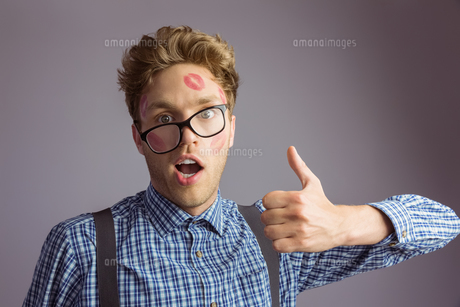 Geeky hipster covered in kissesの素材 [FYI00003545]