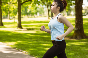 Healthy woman jogging in parkの写真素材 [FYI00003547]