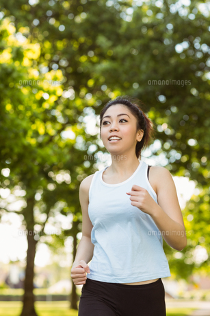Healthy woman jogging in parkの写真素材 [FYI00003548]