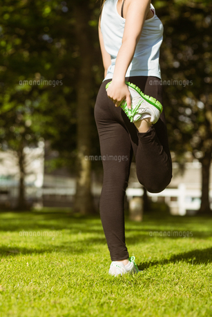 Healthy woman stretching leg in parkの写真素材 [FYI00003553]
