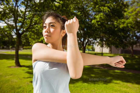 Healthy woman stretching hands in parkの写真素材 [FYI00003554]