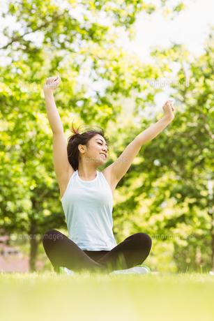 Healthy woman stretching hands in parkの写真素材 [FYI00003558]