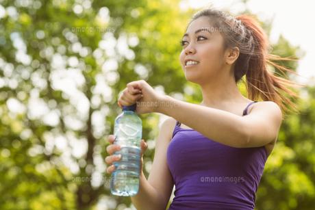 Healthy woman holding water bottle in parkの写真素材 [FYI00003559]