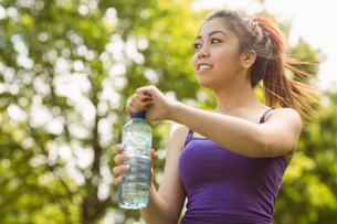 Healthy woman holding water bottle in parkの写真素材 [FYI00003559]