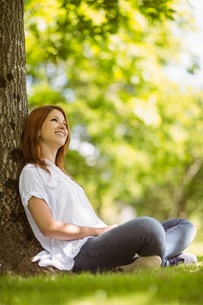 Pretty redhead sitting and smiling in casual clothingの写真素材 [FYI00003576]