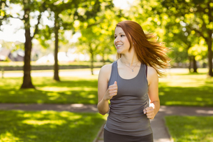 Portrait of a pretty redhead runningの写真素材 [FYI00003577]