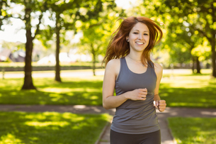 Portrait of a pretty redhead runningの素材 [FYI00003581]