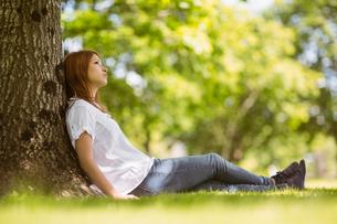 Pretty redhead sitting and thinkingの写真素材 [FYI00003584]