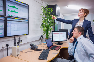 Focused colleagues analyzing result on their computerの写真素材 [FYI00003594]