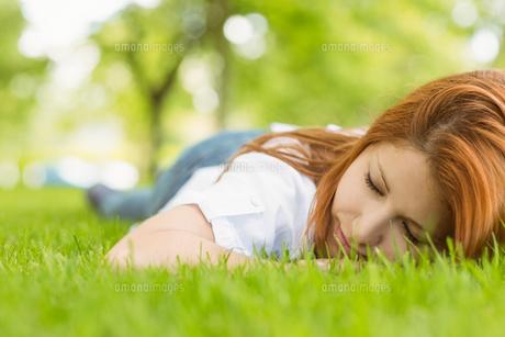 Portrait of a pretty redhead restingの写真素材 [FYI00003597]