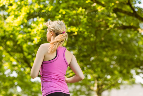 Fit blonde jogging in the parkの写真素材 [FYI00003602]