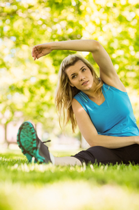 Fit blonde stretching in the parkの写真素材 [FYI00003619]