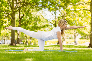 Fit blonde doing yoga in the parkの写真素材 [FYI00003626]