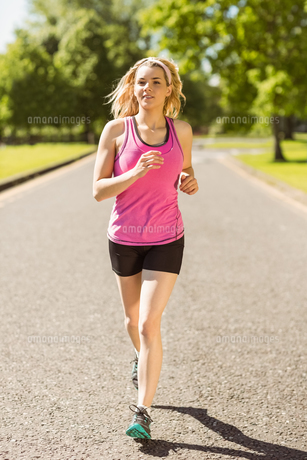Fit blonde jogging in the parkの素材 [FYI00003629]