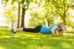 Fit blonde doing push ups in the parkの素材 [FYI00003633]