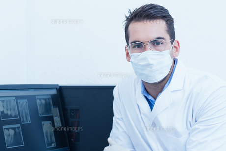Dentist wearing surgical maskの素材 [FYI00003634]