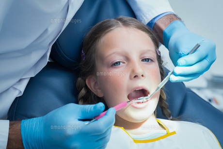 Close up of girl having her teeth examinedの写真素材 [FYI00003642]