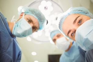 Team of surgeons working togetherの写真素材 [FYI00003667]