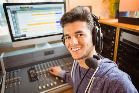 Portrait of an university student mixing audioの写真素材 [FYI00003671]