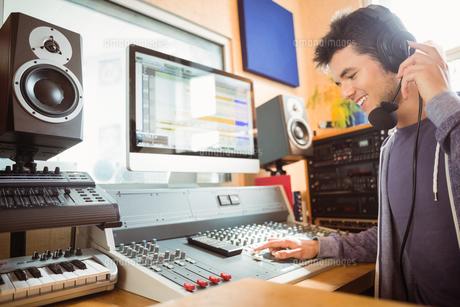 Portrait of an university student mixing audioの写真素材 [FYI00003672]
