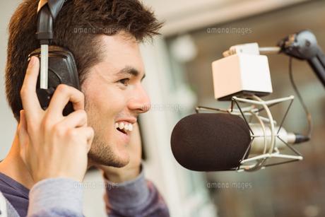 Portrait of an university student recording audioの写真素材 [FYI00003678]