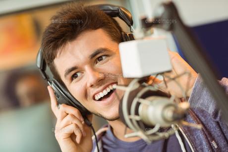 Portrait of an university student recording audioの写真素材 [FYI00003679]