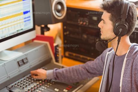 Portrait of an university student mixing audioの写真素材 [FYI00003684]