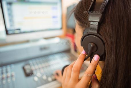 University student mixing audio in a studioの写真素材 [FYI00003685]
