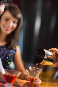 Bartender pouring cocktail for customersの写真素材 [FYI00003700]