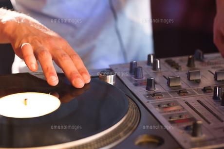 Cool dj spinning the decksの写真素材 [FYI00003706]