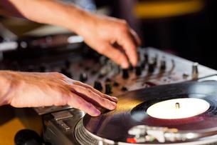 Cool dj spinning the decksの写真素材 [FYI00003708]