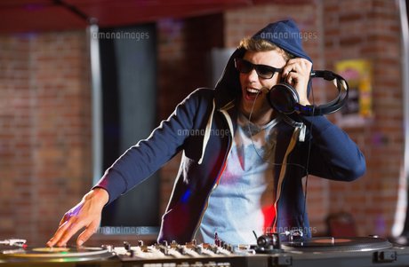 Cool dj spinning the decksの写真素材 [FYI00003709]