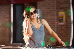 Pretty dj playing techno musicの写真素材 [FYI00003710]