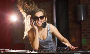 Pretty dj smiling and dancingの写真素材 [FYI00003711]