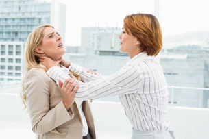 Businesswomen having a violent fight in officeの写真素材 [FYI00003722]