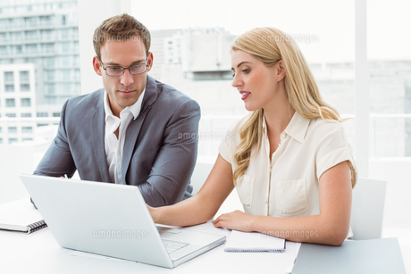 Business people using laptop at officeの写真素材 [FYI00003737]