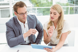 Business people using digital tabletの写真素材 [FYI00003738]