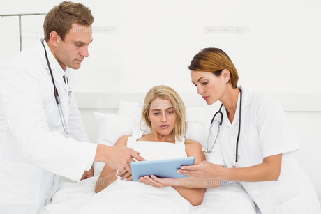 Doctors and patient with digital tablet in hospitalの写真素材 [FYI00003741]