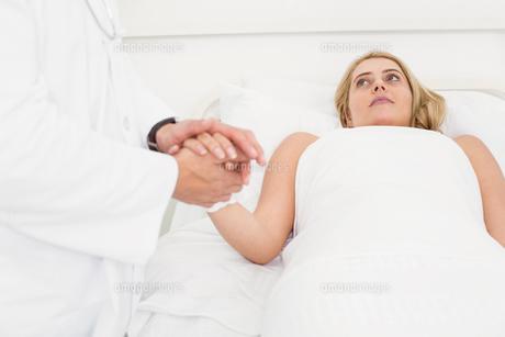 Doctor visiting patient in hospitalの写真素材 [FYI00003747]