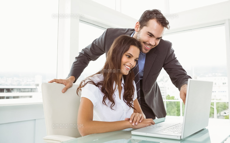 Business people using laptop in officeの写真素材 [FYI00003748]