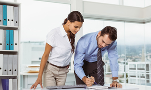 Business people with diary in officeの写真素材 [FYI00003752]